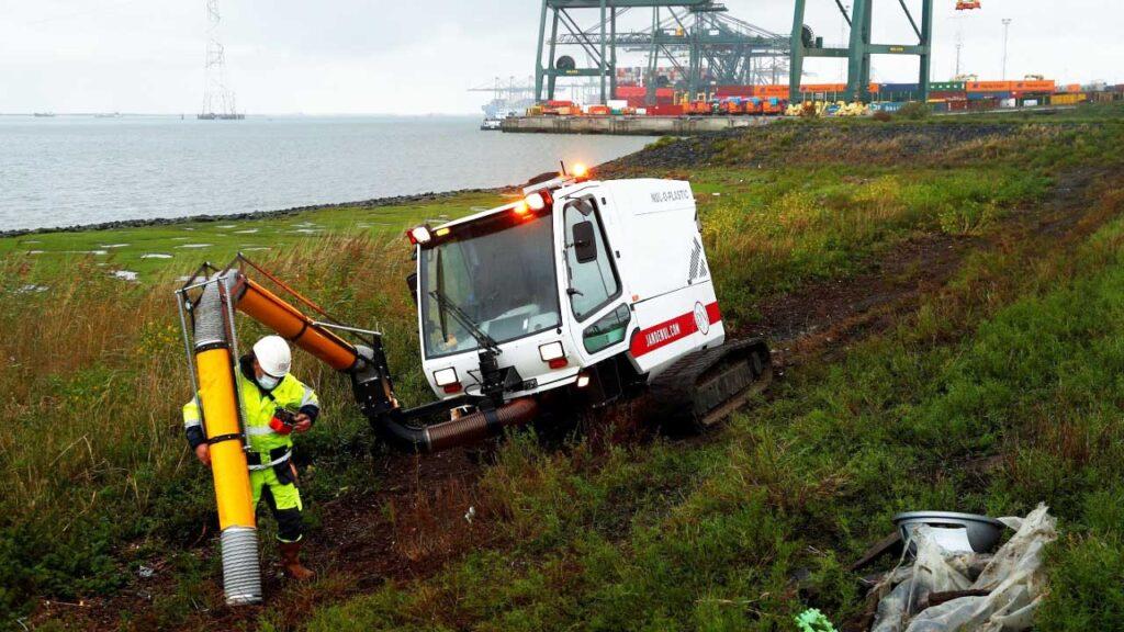 """Bélgica usa una """"aspiradora"""" gigante para eliminar el plástico de una reserva natural"""