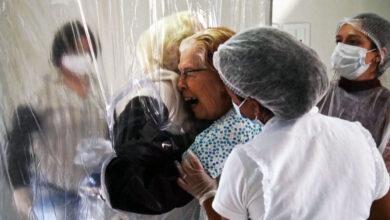 Cortina del abrazo: el plástico acerca a las personas durante la pandemia