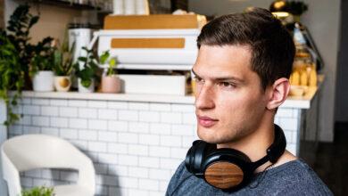 Eastman y thinksound crean los primeros auriculares con materiales sostenibles